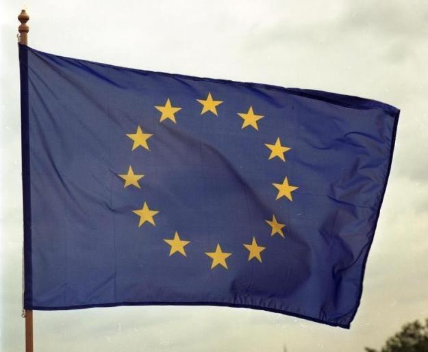 Bonn, Juli 1991 Europa-Flagge Die zwölf gelben Sterne auf blauem Grund stehen sinnbildlich für die Mitgliedstaaten der europäischen Gemeinschaft (EG).  Der EG gehören an: Belgien, Bundesrepublik Deutschland, Dänemark, Griechenland, Großbritannien, Frankreich, Italien, Irland, Luxemburg, die Niederlande, Portugal und Spanien.